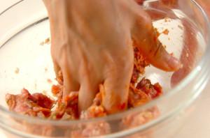 手でよく練りながら肉団子を作る