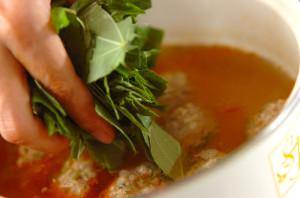 鍋のスープが煮たったら、肉団子を手で丸めて入れる。