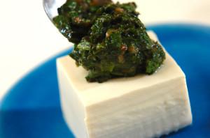 豆腐に、梅肉和えモロヘイヤをのせ、麺つゆをかける。