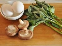 モロヘイヤ、しいたけ、卵を準備。